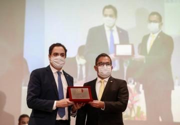 Paulo Câmara recebe homenagem do Ministério Público de Pernambuco