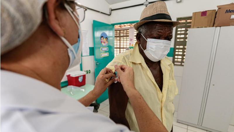 No Centro Nove de Julho, na PE-60, as enfermeiras e técnicos continuam recebendo a população, das 8h às 13h.
