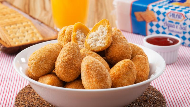 Aprenda como fazer a deliciosa Coxinha de Galinha empanada com Farofa de Cracker