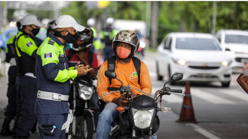 Uma média de 230 motociclistas foram abordados nessa segunda-feira (3) e receberam orientações sobre os fatores de riscos de sinistros de trânsito, como o excesso de velocidade e o afivelamento incorreto do capacete