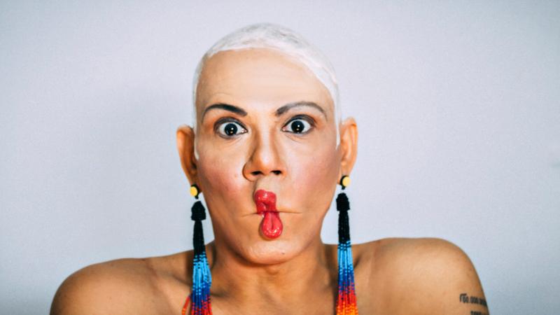 Conheça a primeira mulher trans a narrar um audiolivro: Valéria Barcellos que ensina e emociona com a obra