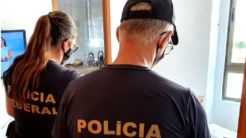 A finalidade da Operação é desarticular associação criminosa voltada à prática de falsificação de documentos públicos com o objetivo de obter portes de arma de fogo.
