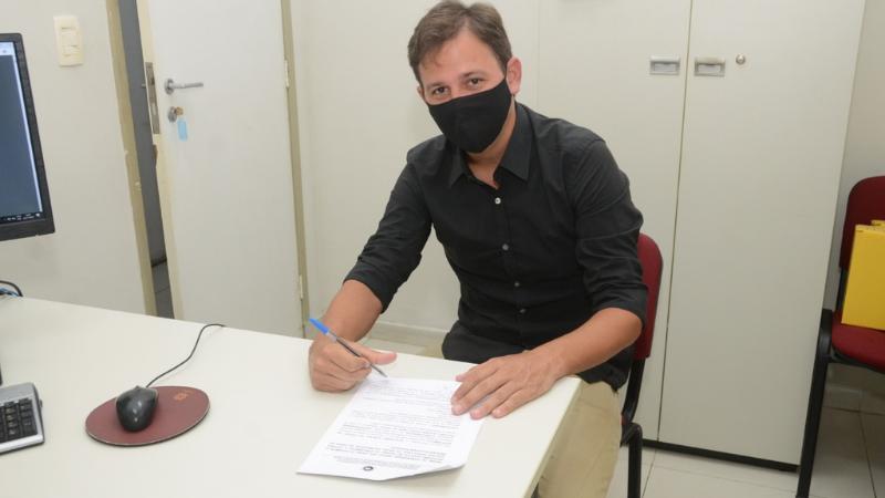 O candidato do PDT, foi o primeiro a assinar no Ministério Público de Olinda, um Termo de Compromisso com a educação municipal