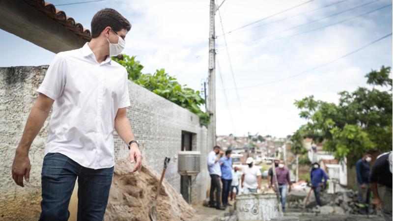 Na manhã desta quarta-feira (12), prefeito João Campos conversou com moradores e fez a fiscalização de serviços de drenagem, contenção definitiva de encostas, pavimentação e escadarias, entre outros, na comunidade localizada no bairro do Jordão