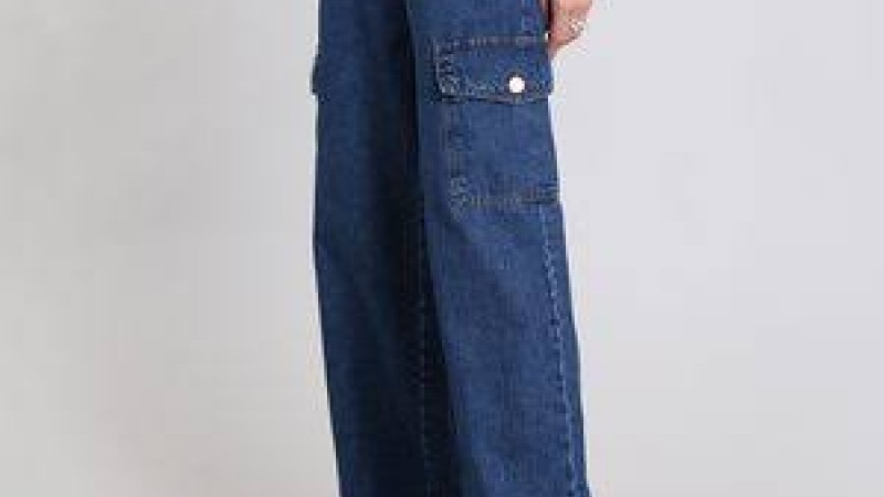Até a clássica Chanel apostou em jeans de modelagens mais soltas do corpo para sua coleção de meia-estação 2020