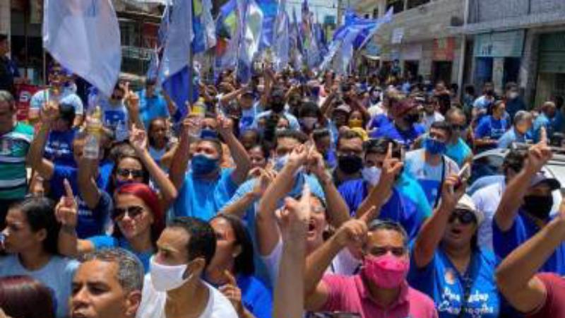 A caminhada no Bairro Novo reunião centenas de apoiadores e terminou me frente ao Mercado