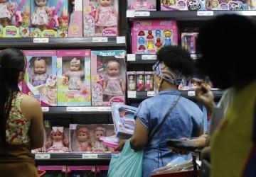 Intenção de consumo das famílias se mantém estável em outubro