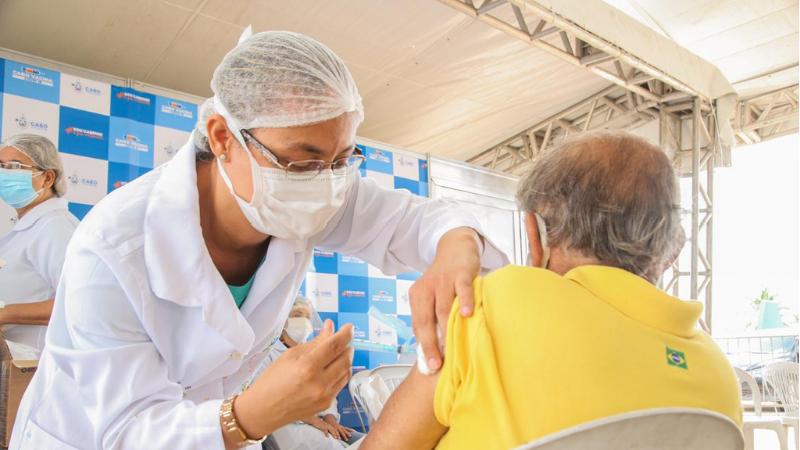 Já a imunização dos trabalhadores da saúde está acontecendo através da ordem de prioridades do MS, é realizada gradativamente, de acordo com o recebimento das vacinas