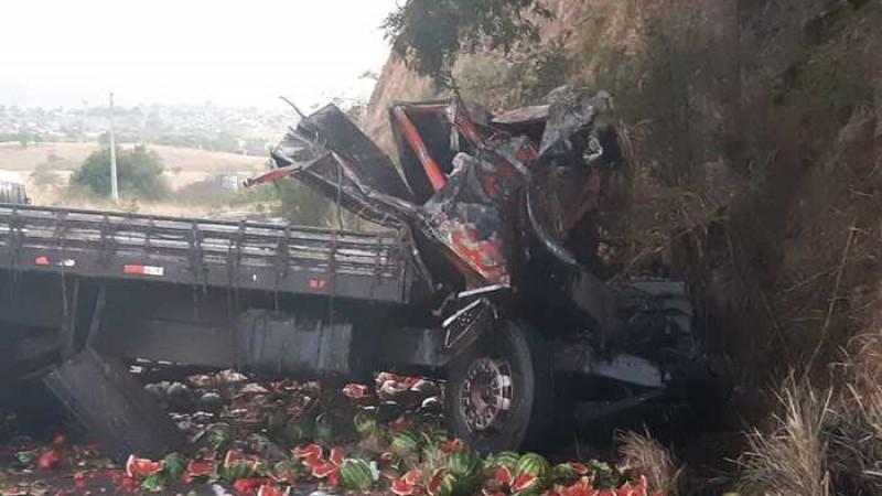 O motorista do caminhão que transportava melancia perdeu o controle do veículo e colidiu no paredão de rochas.