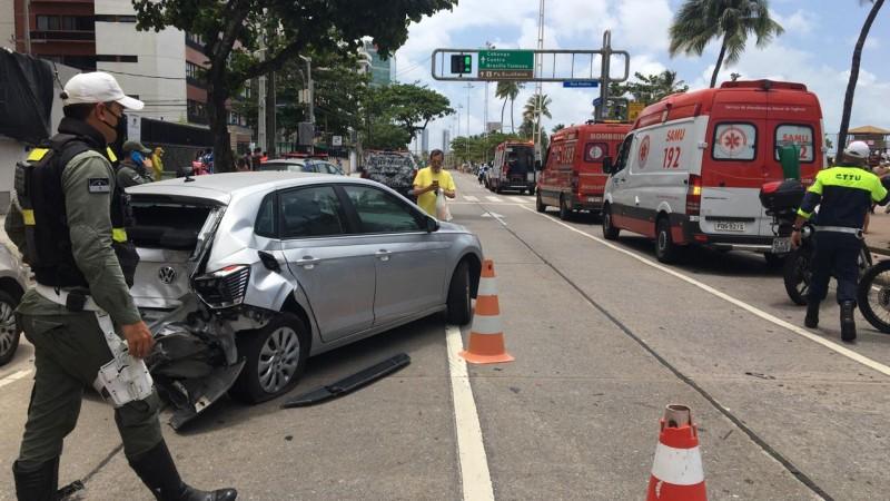 veículo atingiu as vítimas depois de sair da pista e invadir a calçada