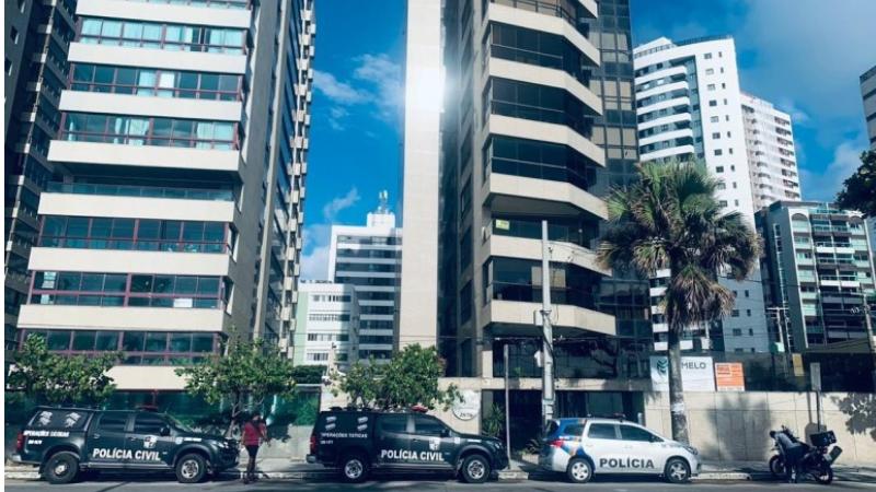 Oendereçodo prefeito AltairJúnior(MDB), na Avenida Boa Viagem, no Recife,tambémestá sendo alvoda operação e recebeu a visita dos policiais