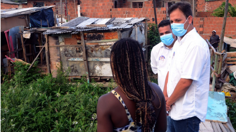 Com as ocupações irregulares e o crescimento desordenado na área, os moradores vivem praticamente no leito do que um dia foi o Rio