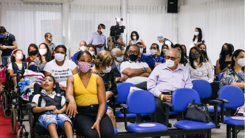 Manual para os profissionais da atenção básica, elaborado em parceria da Secretaria de Saúde do Recife com a FAV e OPAS, dá orientações e protocolos